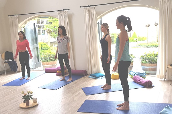 stilteweekend-3-yoga-staan-binnen