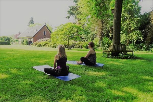 2 yoga-vakantieweek-zittend-in-de-tuin