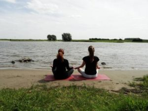 mediteren bij de rivier