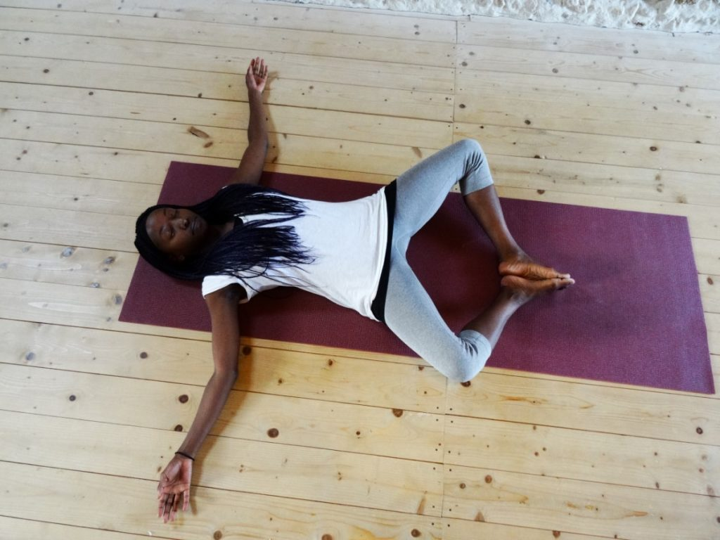 supta badhakonasana - liggende goddinnenhouding - lying goddess pose - relaxing yoga pose